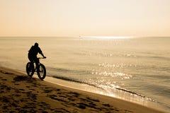 Cycliste sur le bord de la mer Images libres de droits
