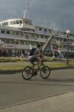 Cycliste sur le pilier Photos libres de droits
