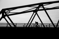 Cycliste sur le pont Photos stock