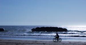 Cycliste sur le rivage photographie stock