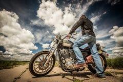 Cycliste sur le vélo Harley Sportster Photo stock