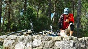 Cycliste sur les pierres antiques Image libre de droits