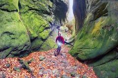 Cycliste sur Skel Dovbush dans Bubnyshche photos stock