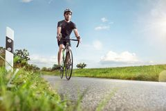Cycliste sur une route ensoleillée photo libre de droits