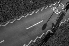 Cycliste sur une voie d'asphalte image stock