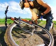 Cycliste travaillant avec la pompe Photo libre de droits