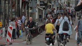 Cyclistes à Amsterdam - typique pour la ville - AMSTERDAM - PAYS-BAS - 19 juillet 2017 banque de vidéos