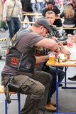 Cyclistes à la table avec de la bière Photo stock