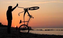 Cyclistes admirant le lever de soleil Photos stock