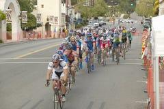 Cyclistes amateurs d'hommes concurrençant dans le circuit d'emballage national de Garrett Lemire Memorial Grand Prix (NRC) le 10  Image stock