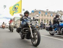 Cyclistes avec des drapeaux dans les rues Photos stock