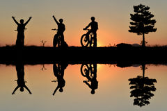 Cyclistes aventureux et le plaisir de la nature images libres de droits