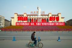 Cyclistes chinois et statut de maozedong Photos libres de droits