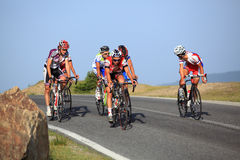 Cyclistes conduisant vers le haut en montagnes de Cindrel, montagnes de Carpathiens Photo stock