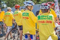 Cyclistes d'adolescents dans casques images libres de droits
