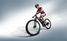 Cyclistes d'athlète en silhouettes sur le fond blanc images libres de droits