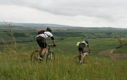 Cyclistes dans le chemin Photo libre de droits