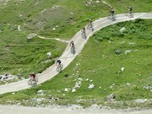 Cyclistes de montagne sur la route de montagne Photographie stock