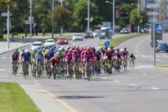 Cyclistes de route de la jeunesse dans le Peloton professionnel pendant la concurrence de recyclage Grand prix Minsk-2017 de rout Images stock