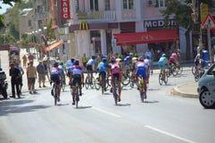 Cyclistes emballant sur la rue de Varna Photo stock