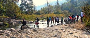 Cyclistes et crique de montagne Photos libres de droits