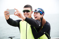 Cyclistes gais de couples faisant la photo de selfie Image stock