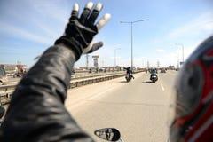 Cyclistes heureux de se voir photo libre de droits