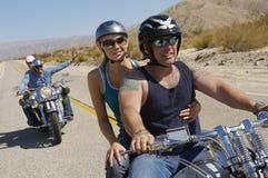 Cyclistes montant sur la route de désert Images libres de droits