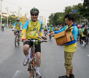 Cyclistes non identifiés sur le vélo pour l'événement de papa Photo stock