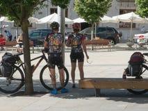 CYCLISTES SE REPOSANT EN PARC image libre de droits