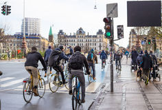 Cyclistes sur la route à Copenhague denmark images stock