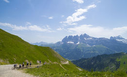 Cyclistes sur la traînée dans les Alpes suisses Image libre de droits