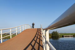 Cyclistes sur le pont Groot-Ammers Images stock