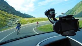 Cyclistes sur une route de montagne Photo stock