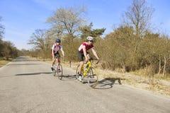 Cyclistes sur une route ouverte Images libres de droits