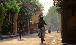 Cyclistes vietnamiens en Hoi An photographie stock