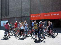 Cyclists are looking up the Tate Modern Royalty Free Stock Photography
