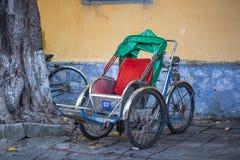 Cyclo czekanie dla pasażerów na ulicie w Hoi, Wietnam Obraz Stock