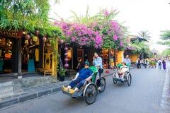Cyclo kierowca jest jeździeckim turystą na ulicie Hoi, Wietnam zdjęcie royalty free