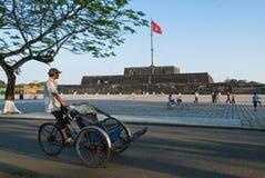 Cyclobestuurder in Vietnam stock afbeelding