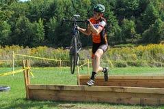Cyclocross barriärbanhoppning Arkivbilder