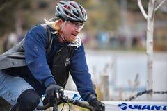 Cyclocross racerbil som avslutar det Cyclocross korstågloppet i krökningen Oregon Arkivfoton