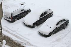 Cyclone d'hiver Rues non nettoyées avec les congères lourdes après les chutes de neige dans la ville, voitures sous la neige Rout Images libres de droits