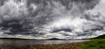 Cycloon op een bergmeer royalty-vrije stock foto's