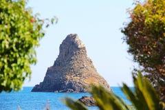 Cyclopean öar i Aci Trezza, Catania, Sicilien, Italien fotografering för bildbyråer
