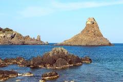 Cyclopean öar i Aci Trezza, Catania, Sicilien, Italien royaltyfri fotografi