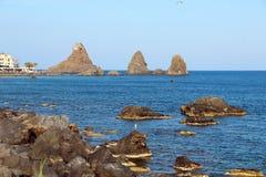 Cyclopean öar i Aci Trezza, Catania, Sicilien, Italien royaltyfria foton
