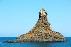 Cyclopean öar i Aci Trezza, Catania, Sicilien, Italien arkivfoto