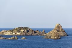 Cyclopean öar i Aci Trezza, Catania, Sicilien, Italien arkivbild