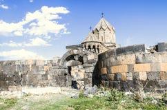 Cyclopean vägg med den ovala ingången runt om den medeltida kloster Ohanavank royaltyfri fotografi